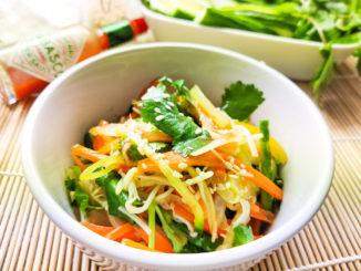 Zeleninový salát s enoki houbami