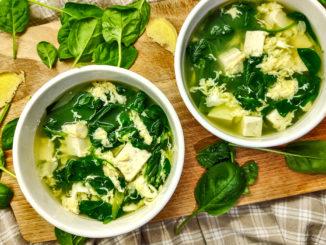 Tofu polévka se špenátem a vajíčkem