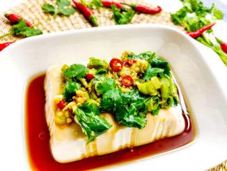 Silken tofu v misce zalité omáčkou